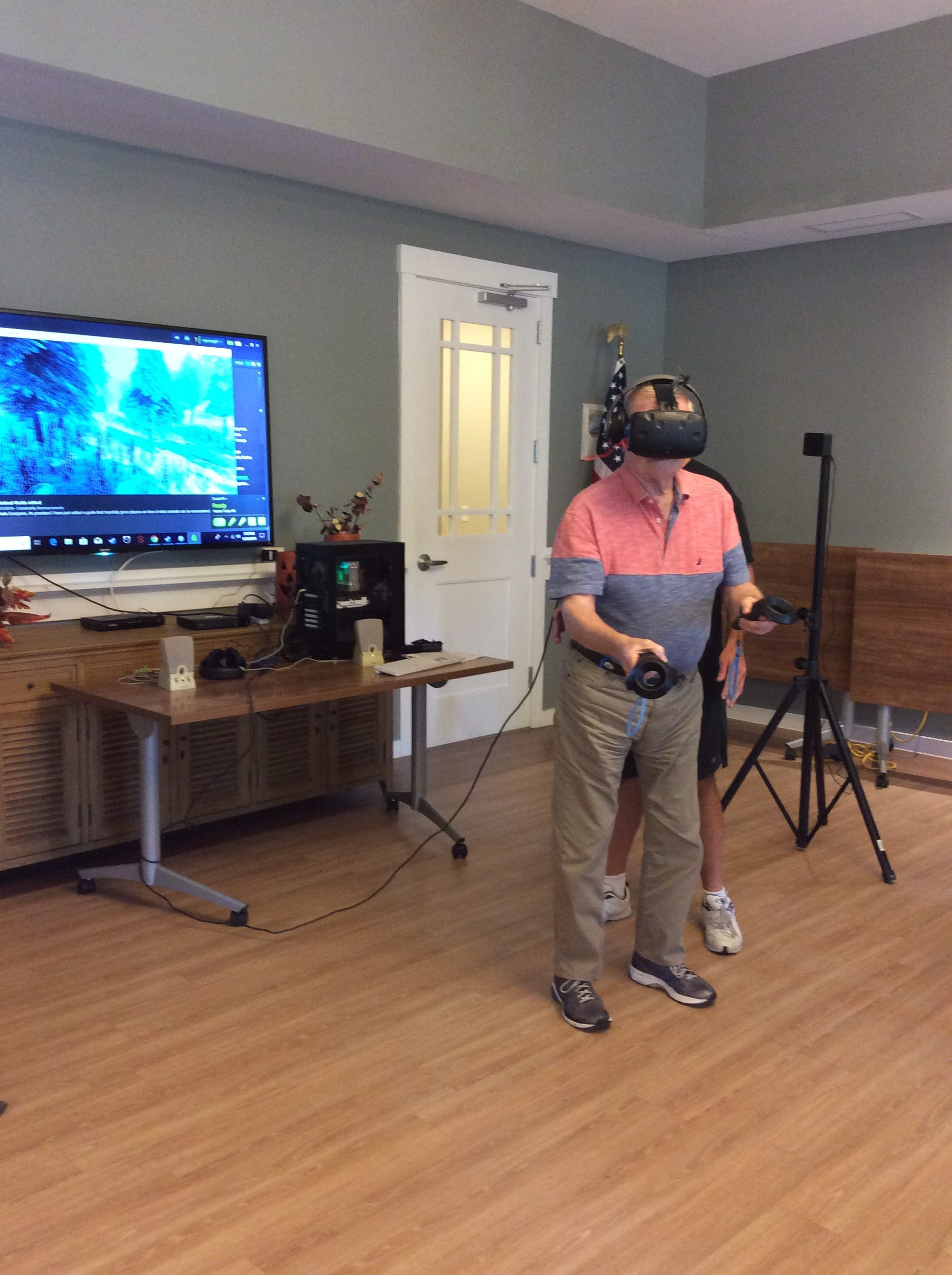Arbor Terrace resident trying Virtual Reality